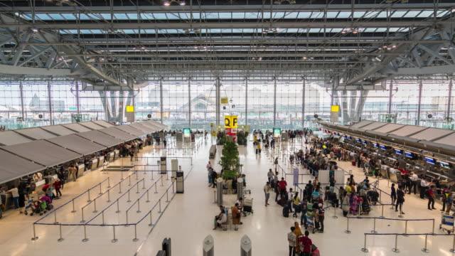 4 k zeitraffer :  flughafen terminal - flugpassagier stock-videos und b-roll-filmmaterial