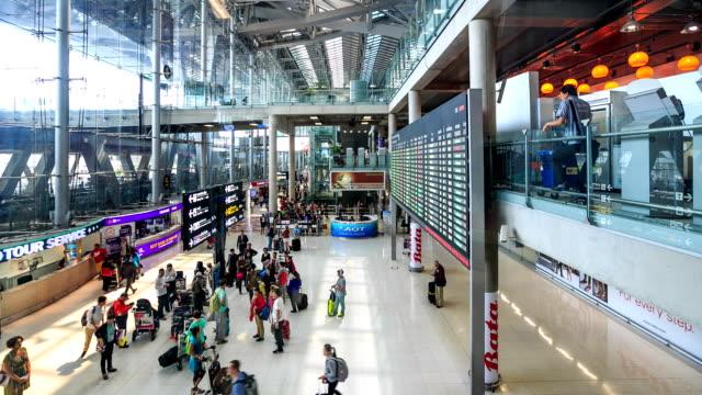 vídeos y material grabado en eventos de stock de hd-time lapse: de los viajeros de aeropuerto personas - edificio de transporte