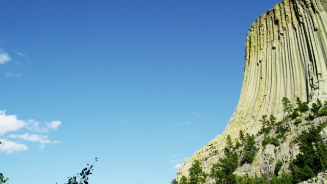 time lapse american national monument devils tower wyoming - 浸食された点の映像素材/bロール
