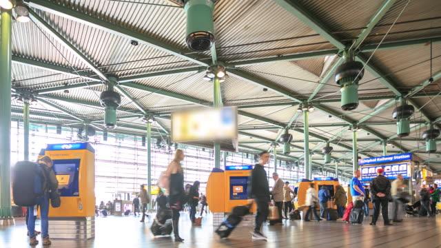 4 k intervallo di tempo : aeroporto di amsterdam schiphol - atrio cuore video stock e b–roll