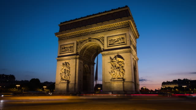 time lapse: arc de triomphe in paris at night - arc de triomphe paris stock videos & royalty-free footage