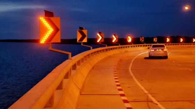 vídeos de stock e filmes b-roll de time lapse : arrows on led traffic arrow signs with solar energy are moving. - sinal de estrada