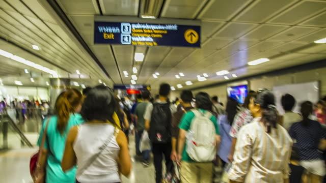 zeitraffer:  asiatische personen reisen sie an der u-bahn-station bangkok, thailand - bahnreisender stock-videos und b-roll-filmmaterial
