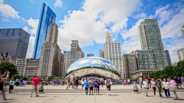 vidéos et rushes de time lapse at chicago bean in millennium park - chicago illinois