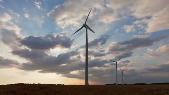vídeos y material grabado en eventos de stock de time lapse at sunset of a windfarm in beauce - france - aerogenerador