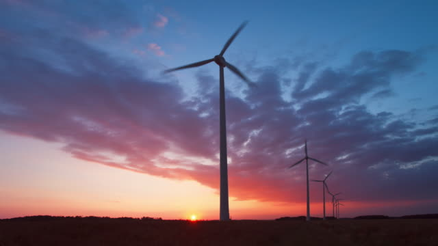 vidéos et rushes de time lapse at sunset of a windfarm in beauce - france - production d'énergie