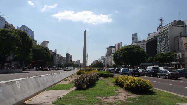 vídeos y material grabado en eventos de stock de time lapse at traffic at day at the obelisk the obelisco de buenos aires is a national historic monument and icon of buenos aires located in the... - obelisco de buenos aires