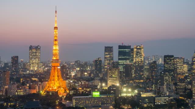 zeitraffer twilight zeitpunkt stadtbild von tokyo tower - tokyo japan stock-videos und b-roll-filmmaterial