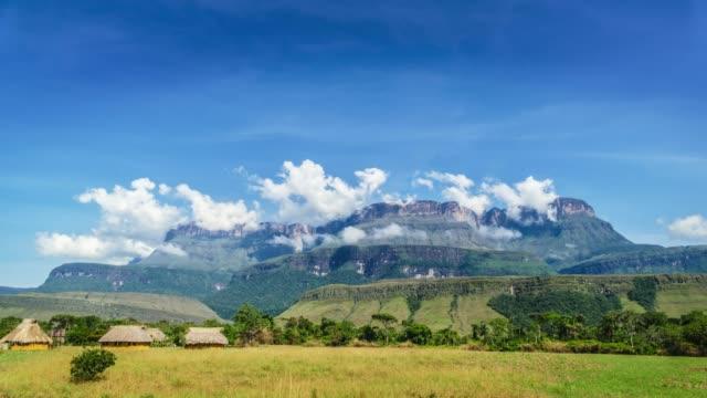 vídeos de stock, filmes e b-roll de lapso de tempo no campo da escrita de uruyen e o auyán tepui na fundo, la gran sabana, venezuela - parque nacional