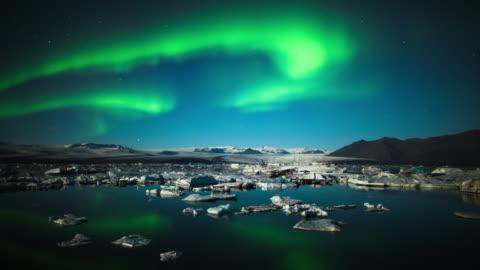vídeos de stock e filmes b-roll de intervalo de tempo : aurora boreal mais de jokulsarlon, islândia - islândia