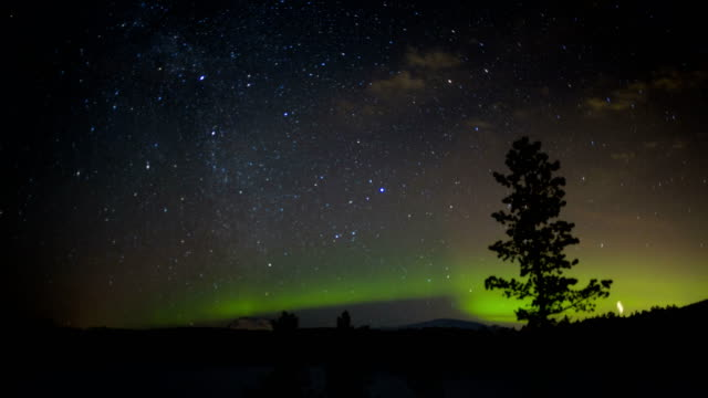 stockvideo's en b-roll-footage met time lapse aurora borealis stars sky northern lights - scandinavisch schiereiland