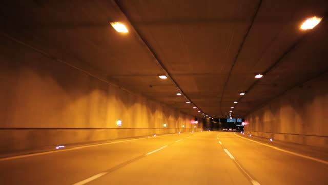 time lapse: autostrada in direzione dell'aeroporto di schönefeld di berlino - vita notturna video stock e b–roll