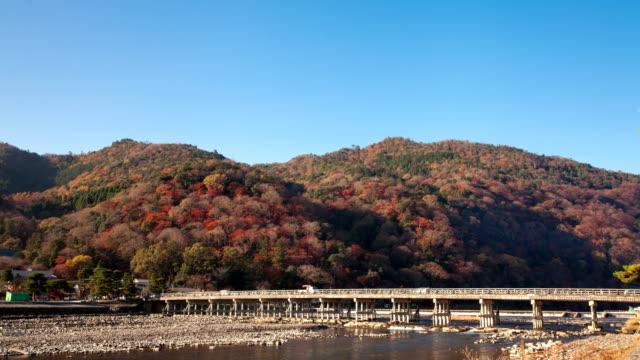 秋の季節に京都嵐山の渡月橋の時間経過 - 秋点の映像素材/bロール