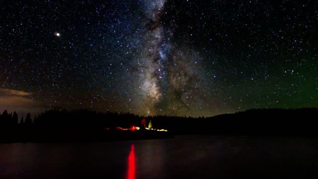 vídeos de stock, filmes e b-roll de 4k tempo lapso backcountry lago com estrelas e a via láctea - espaço e astronomia