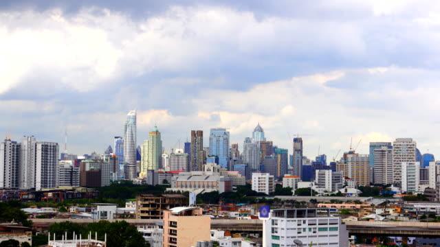 vídeos de stock, filmes e b-roll de lapso de tempo de 4k: cidade de banguecoque e moderno edifício com cloudscape - meia noite