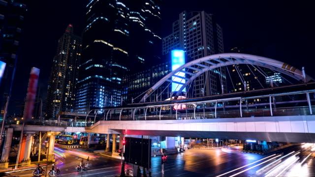 vídeos y material grabado en eventos de stock de tiempo lapso ciudad de bangkok por la noche. concepto: señal, viajes. - lapso de tiempo a cámara rápida