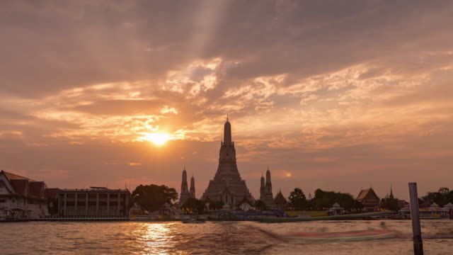 4k time lapse : beautiful pagoda at wat arun in bangkok. - pagoda stock videos & royalty-free footage