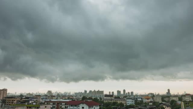 vídeos de stock, filmes e b-roll de lapso de tempo; bela tempestade e nuvens cinzentas - bangkok