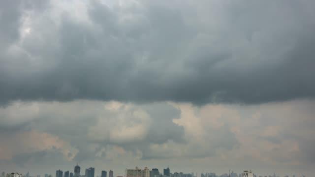 Time-lapse; Mooie regenbui en grijze wolken.