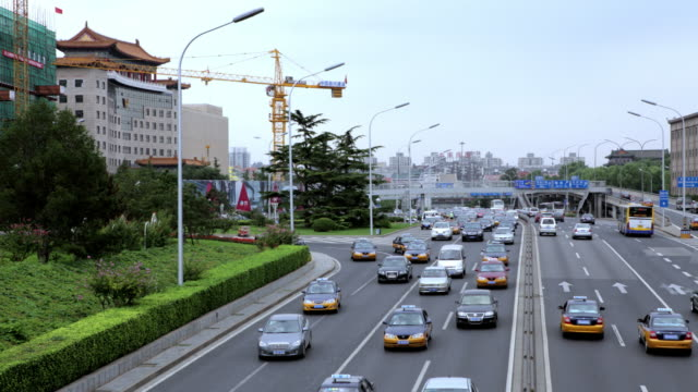 time lapse. beijing. busy traffic construction crane in background - tiananmen square点の映像素材/bロール