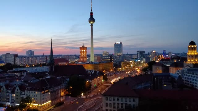 4k time lapse : skyline von berlin bei sonnenuntergang - dämmerung stock-videos und b-roll-filmmaterial