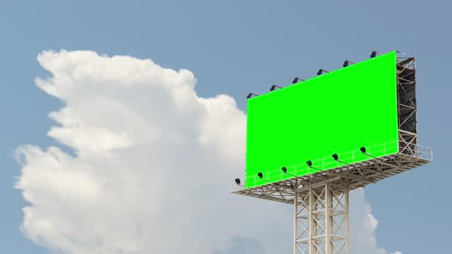 vidéos et rushes de time lapse, billboard écran vert utilisation pour la publicité avec le déplacement de beau ciel clair et nuage. - écran de projection