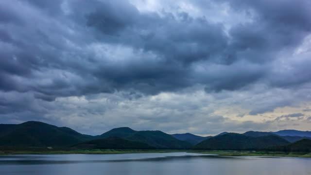 時間の経過: 雨が降って前に嵐の雲、黒 - overcast点の映像素材/bロール