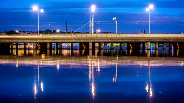 vídeos y material grabado en eventos de stock de hd-time lapse: puente reflejo en la noche - tren de cercanías