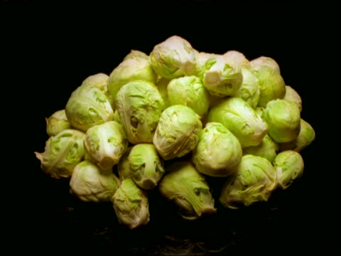 ms time lapse brussel sprouts, decomposing pile turning from green to yellow and brown - deterioramento video stock e b–roll