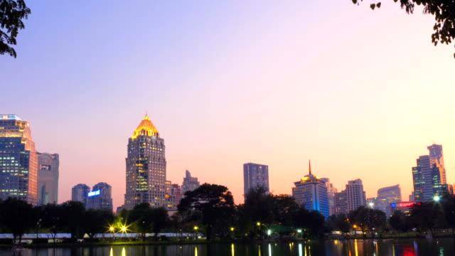 vídeos y material grabado en eventos de stock de lapso de tiempo, paisaje del distrito de negocios de un parque. - mckyartstudio