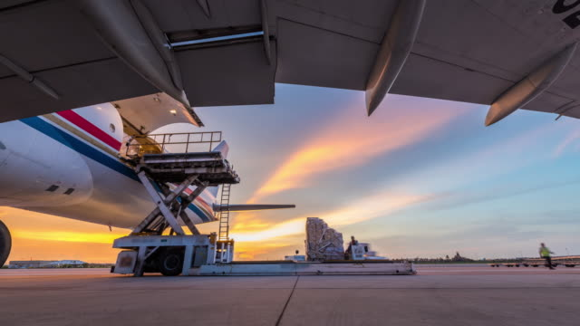 vídeos de stock e filmes b-roll de time lapse business of air cargo freighter with import and export - avião comercial