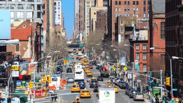 vídeos de stock, filmes e b-roll de 4 k lapso de tempo de tráfego de rua movimentada manhattan: - yellow taxi