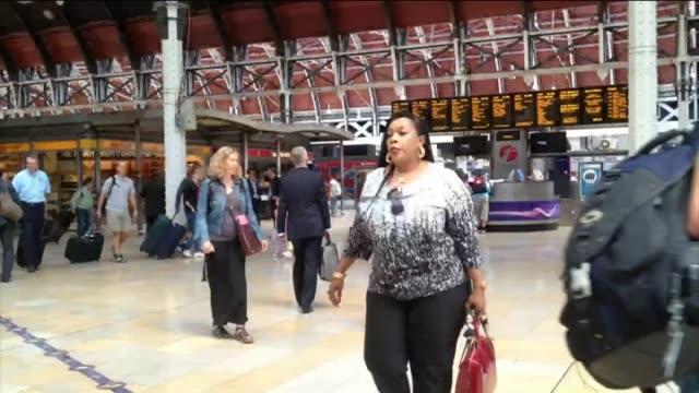time lapse, busy train station concourse - 情報伝達サイン点の映像素材/bロール
