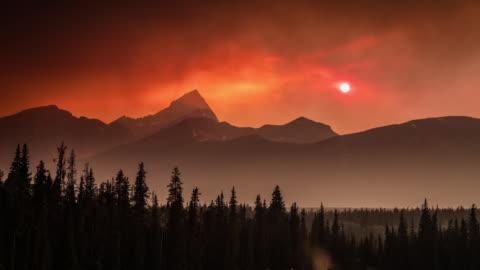 time lapse : kanadischer waldbrand sonnenuntergang im banff nationalpark, kanada - banff nationalpark stock-videos und b-roll-filmmaterial