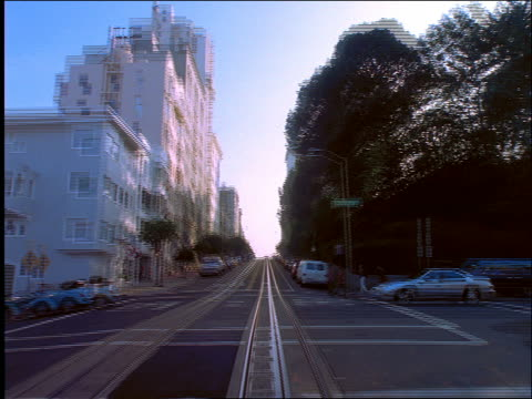 vídeos de stock, filmes e b-roll de time lapse car point of view up hills and down lombard street / san francisco / crookedest street - lombard street san francisco