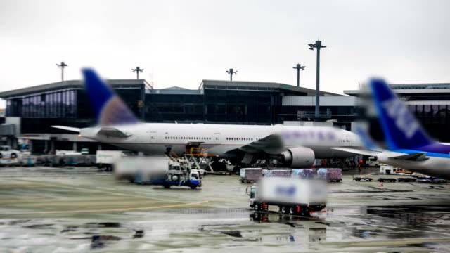 vídeos de stock e filmes b-roll de lapso de tempo de hd: avião de carga a carregar o a - tripulação