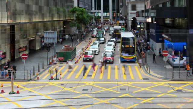 stockvideo's en b-roll-footage met 4k time lapse: auto's en voetgangers op straatscène van het verkeer in het centrum van hong kong business downtown district - hong kong