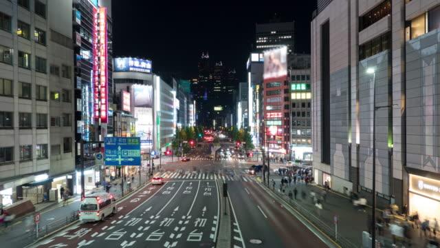 4k 時差: 在東京新宿站十字路口的街頭交通場景中行走的汽車和行人 - high street 個影片檔及 b 捲影像