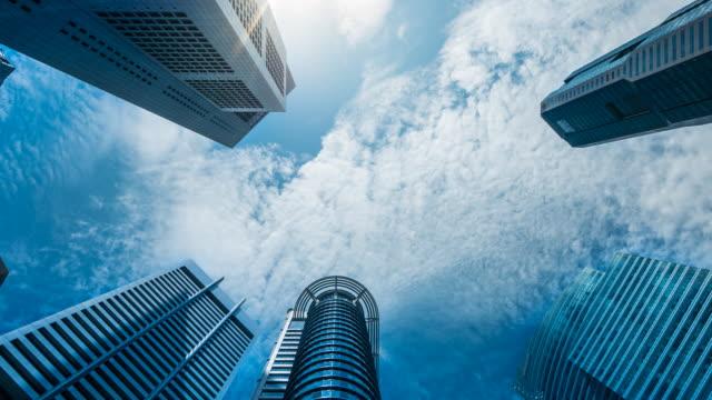 vídeos y material grabado en eventos de stock de lapso de tiempo en 4k : el centro de negocios de singapur, zoom hacia fuera - edificio financiero