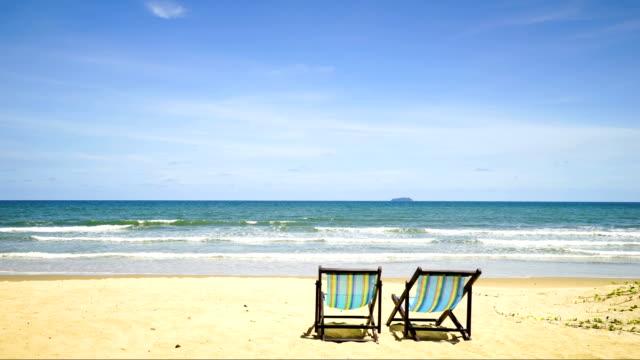 vídeos y material grabado en eventos de stock de silla de lapso de tiempo en la playa - tumbona