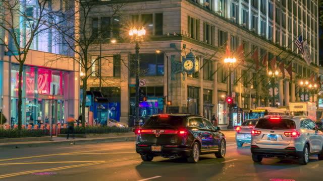 vídeos de stock, filmes e b-roll de lapso de tempo 4k uhd: tráfego da cidade de chicago na noite. - metrô de chicago