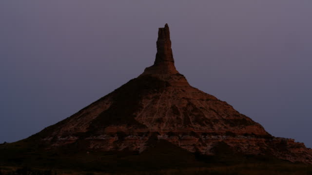 time lapse chimney rock nebraska at sunrise wild west usa - nebraska stock-videos und b-roll-filmmaterial