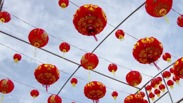 zeitraffer: chinesische laterne mit wolken bewegen hintergrund - chinesisches laternenfest stock-videos und b-roll-filmmaterial