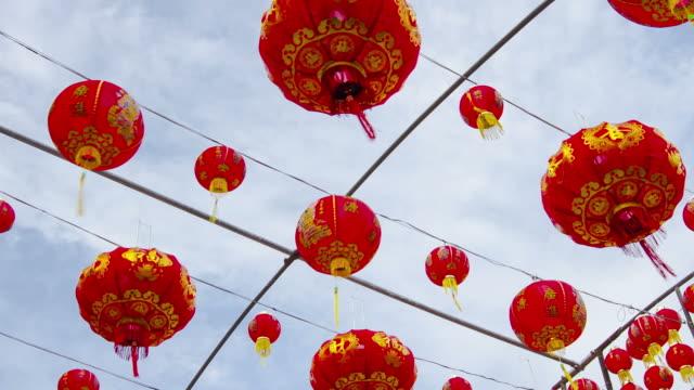 zeitraffer: chinesische laterne mit beweglichen wolken im hintergrund - chinesisches laternenfest stock-videos und b-roll-filmmaterial