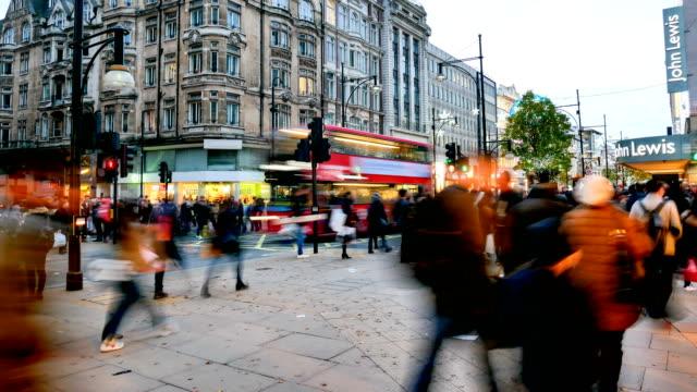 4k zeitraffer weihnachten & shopping in der oxford street, london - oxford street stock-videos und b-roll-filmmaterial