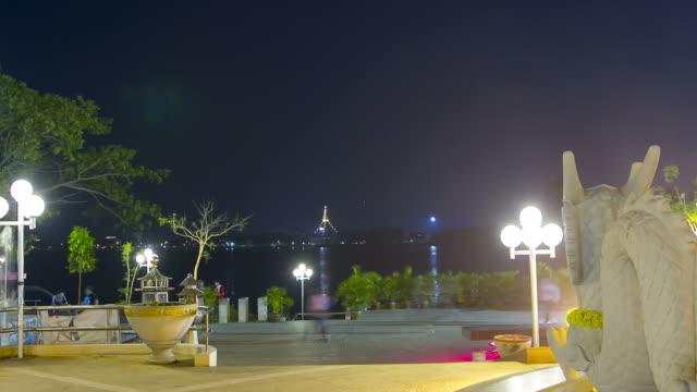 vídeos de stock e filmes b-roll de time lapse: parque da cidade com lago de noite cena - equipamento de parque infantil