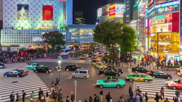 4 K の時間経過: 東京で有名な渋谷交差点を渡る人々 の都市歩行者交通
