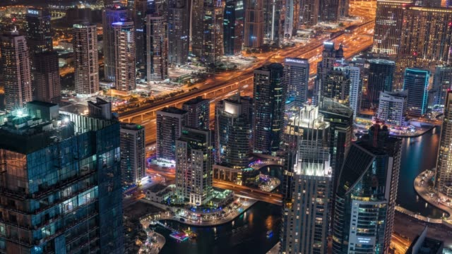 vídeos de stock e filmes b-roll de time lapse city skyline in dubai - road junction
