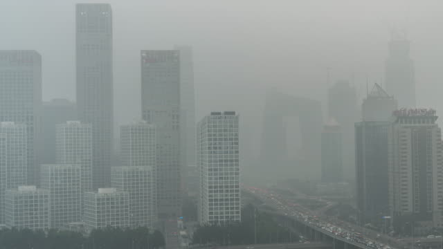 vídeos de stock e filmes b-roll de time lapse- cityscape of beijing in air pollution - poluição