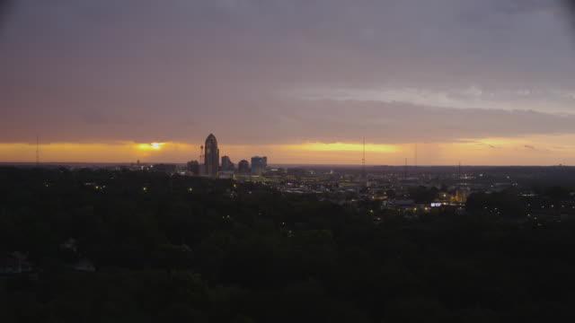 vídeos de stock e filmes b-roll de time lapse cityscape sunrise with storm clouds and rainshowers on the horizon. - des moines iowa